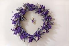 Lavender στεφάνι με τη νεράιδα στη μέση στοκ φωτογραφία με δικαίωμα ελεύθερης χρήσης