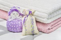 Lavender το σακούλι και η scented σακούλα λογαριάζουν και χαρακτήρας που αντιπροσωπεύει ένα κορίτσι ή μια γυναίκα Κλείστε μέχρι ξ στοκ εικόνα