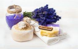 Lavender χειροποίητα σαπούνι και εξαρτήματα για την προσοχή σωμάτων Στοκ φωτογραφία με δικαίωμα ελεύθερης χρήσης