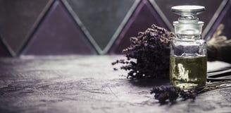 Lavender spa κοντά στο παλαιό παράθυρο Στοκ εικόνες με δικαίωμα ελεύθερης χρήσης