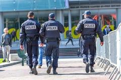Laverteidigung, Frankreich 10. April 2014: Hintere Ansicht von den Baumpolizeibeamten, die in die Mitte der Laverteidigung, große stockfoto