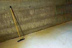 Lavette jaune dans la cave photos stock