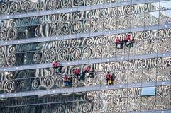Laveurs de vitres dans Pékin, Chine Photo libre de droits