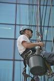 Laveurs de vitres sur l'immeuble de bureaux, photo prise 20 05 2014 Photographie stock libre de droits