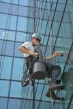 Laveurs de vitres sur l'immeuble de bureaux, photo prise 20 05 2014 Images stock