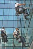 Laveurs de vitres sur l'immeuble de bureaux, photo prise 20 05 2014 Photos libres de droits