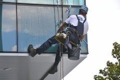 Laveurs de vitres sur l'immeuble de bureaux, photo prise 20 05 2014 Images libres de droits