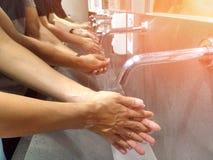 Lavez-vous la main sur l'évier pour la propreté et l'hygiène images libres de droits