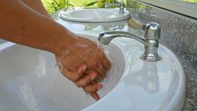 Lavez-vous les mains et arrêtez l'eau clips vidéos