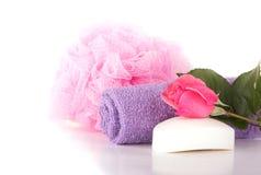 Lavi il panno, il soffio della doccia, il sapone e la rosa di rosa Fotografia Stock Libera da Diritti