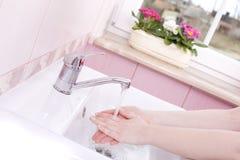 Lavi le vostre mani Fotografie Stock Libere da Diritti