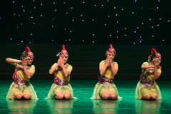 Lavila nel fiume banca-danza popolare di abitudine-cinese di nazionalità Immagini Stock Libere da Diritti