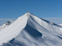 lavinavbrottslocket l5At vara berg det klar höger kupa skinna lutningssnowtoppmötet till överkanten Royaltyfri Fotografi