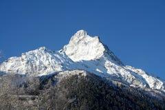 lavinavbrottslocket l5At vara berg det klar höger kupa skinna lutningssnowtoppmötet till överkanten Arkivfoton