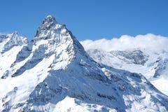 lavinavbrottslocket l5At vara berg det klar höger kupa skinna lutningssnowtoppmötet till överkanten Arkivbild