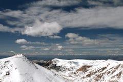 lavinavbrottslocket l5At vara berg det klar höger kupa skinna lutningssnowtoppmötet till överkanten Fotografering för Bildbyråer