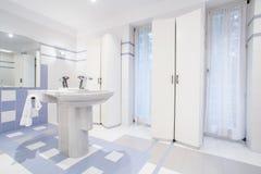 Lavoar i ny toalett royaltyfri bild