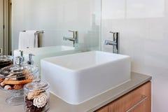 Lavoar med vattenkranen och spegeln fotografering för bildbyråer