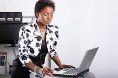 Lavorando ad un computer portatile fotografia stock libera da diritti