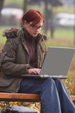 Lavorando ad un computer portatile Fotografie Stock