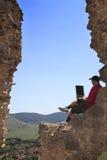 Lavorando ad un computer portatile Immagini Stock