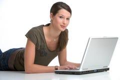 Lavorando al computer portatile Immagine Stock