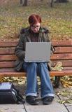 Lavorando al computer portatile Fotografie Stock Libere da Diritti