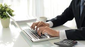 Lavorando al computer portatile video d archivio
