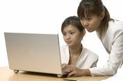 Lavorando al computer portatile 7 Immagini Stock