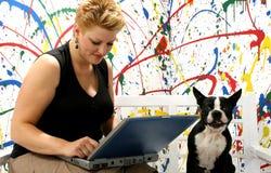 Lavorando al computer portatile Fotografie Stock
