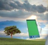 Lavorando al grande telefono cellulare Fotografie Stock