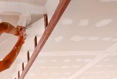 Lavorando al soffitto Immagine Stock