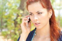 Lavorando al telefono all'aperto Fotografia Stock