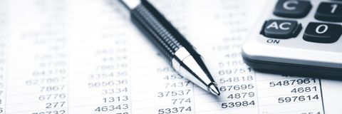 Lavorando alla contabilità immagine stock
