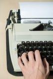 Lavorando alla fine della macchina da scrivere su Immagini Stock