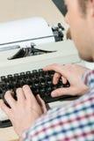 Lavorando alla fine della macchina da scrivere su Fotografia Stock