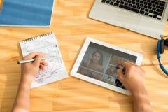 Lavorando alla progettazione del sito Web immagini stock