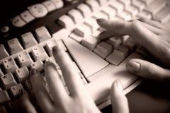 Lavorando alla tastiera con la tinta marrone Immagine Stock