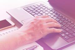Lavorando a casa o ufficio, concetto di affari con il computer portatile con lo schermo in bianco dello spazio della copia mentre Immagine Stock