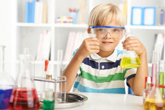 Lavorando con i reagenti chimici Fotografia Stock