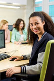 Lavorando con il computer fornisce un sorriso Immagini Stock Libere da Diritti