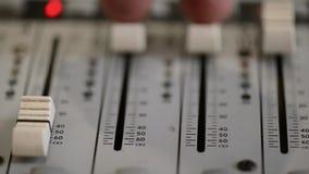 Lavorando con il tecnico del suono analogico Audio radio professionale della console di miscelazione e telediffusione archivi video
