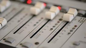 Lavorando con il tecnico del suono analogico Audio radio professionale della console di miscelazione e telediffusione stock footage
