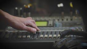 Lavorando con il tecnico del suono analogico Audio radio professionale della console di miscelazione e telediffusione video d archivio