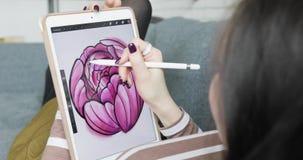 Lavorando con l'esposizione interattiva della penna, la compressa di disegno digitale e la penna Fine in su stock footage