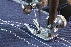 Lavorando con la macchina per cucire Fotografie Stock Libere da Diritti