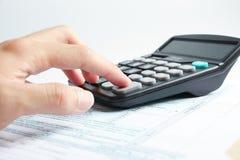 Lavorando con un calcolatore Fotografie Stock