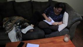 Lavorando dalla casa con il cane stock footage