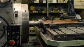 Lavorando di una parte di metallo su una grande alesatrice video d archivio