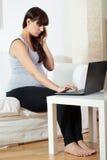 Lavorando durante la gravidanza Fotografia Stock Libera da Diritti